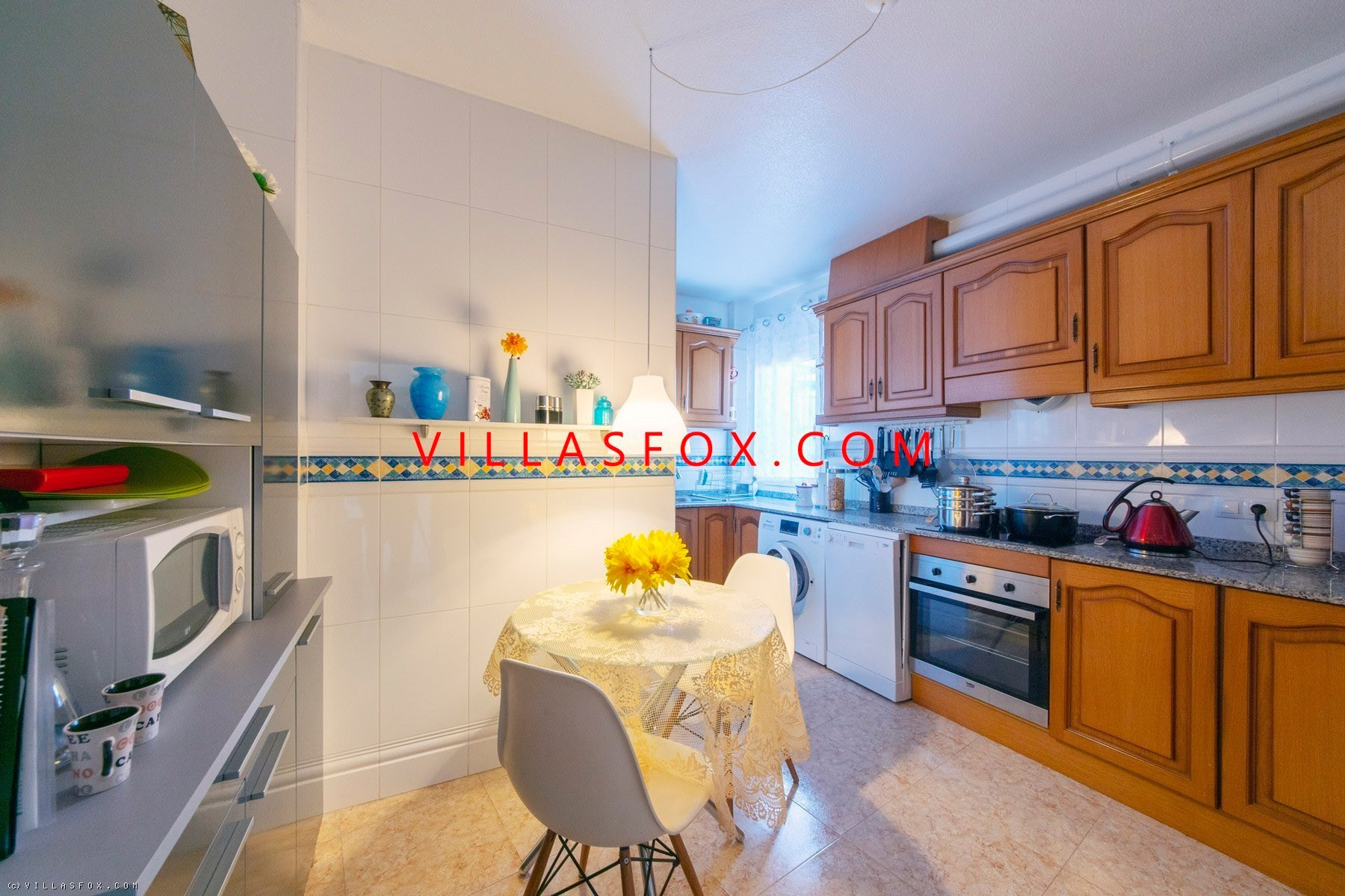 2-bedroom apartment with conservatory, communal pool and solarium