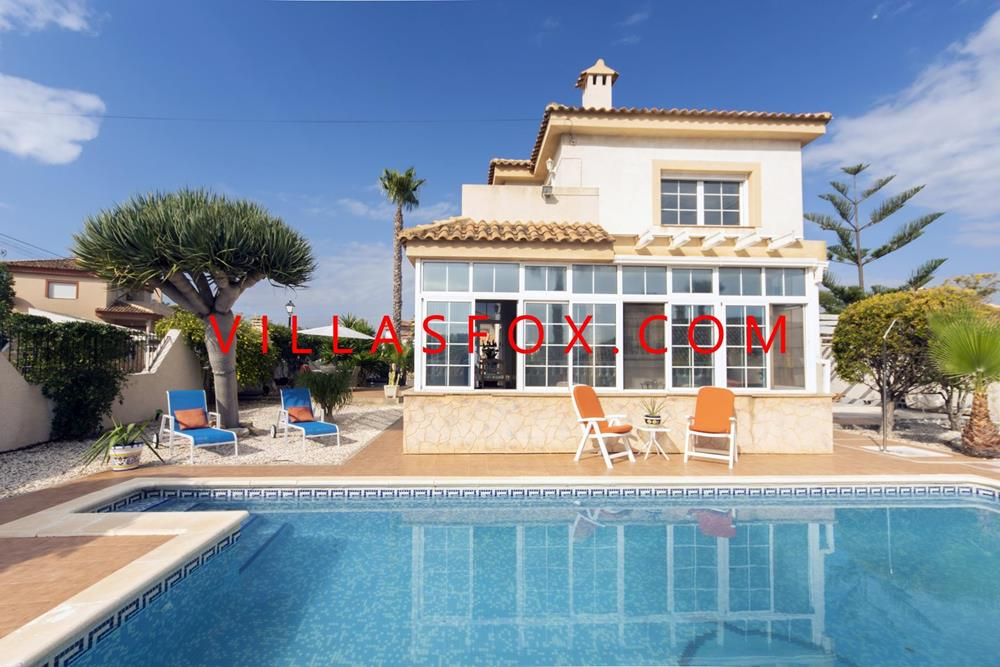 Torrestrella, San Miguel de Salinas, 2-bedroom large detached villa with pool on corner plot